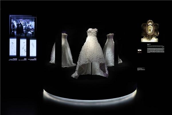 4.61迪奥小姐高订时装裙由拉夫•西蒙为娜塔莉•波特曼特别订制的迪奥小姐礼服,娜塔莉•波特曼于二零一五年的迪奥小姐广告片中身着此款礼服.jpg