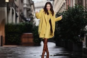 熊黛林阔太气质真好黄色毛衣配棕色长靴很时髦不愧是超模