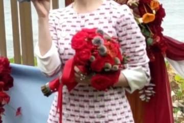 祖海一身印花图案的连衣裙现身十分甜美