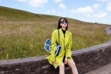 宋茜穿搭实力不必置疑穿长款西安装短裤去旅行齐肩发型好洋气