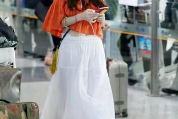温碧霞还能再嫩吗穿一字肩上衣配半身裙走机场说她25岁我信
